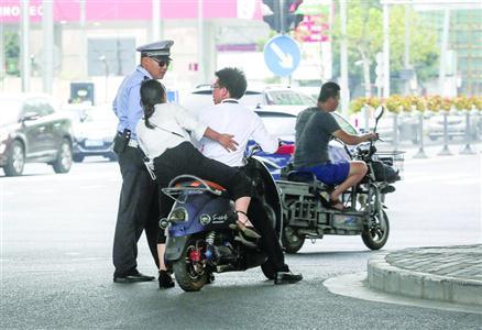 ◆昨日,交警在宁国路长阳路查处非灵活车守法行动。  /晨报记者 张佳琪