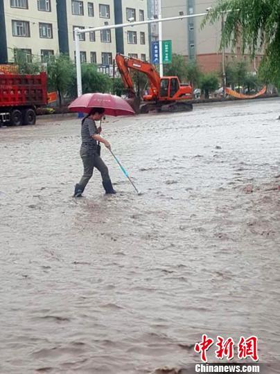 20日早,永吉居民冒雨涉水出行。 苍雁 摄