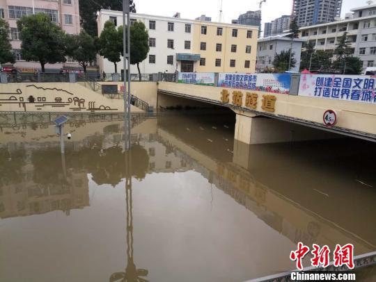 图为被暴雨吞没的隧道 刘冉阳 摄
