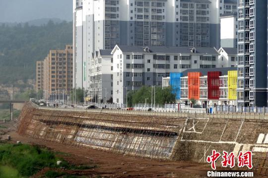 河堤正在施工恢复。 高庆国