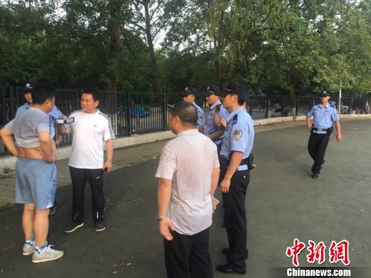 法院执法人员发现被执行人,依法向其出示证件。 吴磊 摄