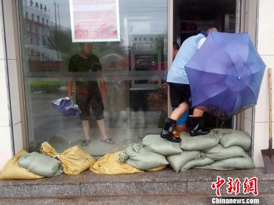 市民堆积沙袋试图抵挡洪水 苍雁 摄