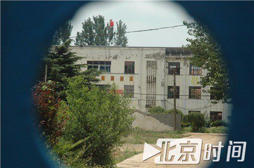 佳佳住过的学校宿舍楼。图/李英强