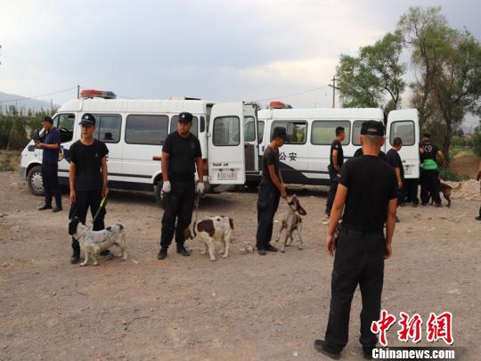 警方出动警犬搜寻被害人尸体。 警方供图 摄