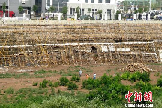 河堤正在举行加固工程。 高庆国