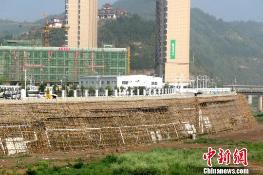河堤的恢复工程举行不到一半。 高庆国