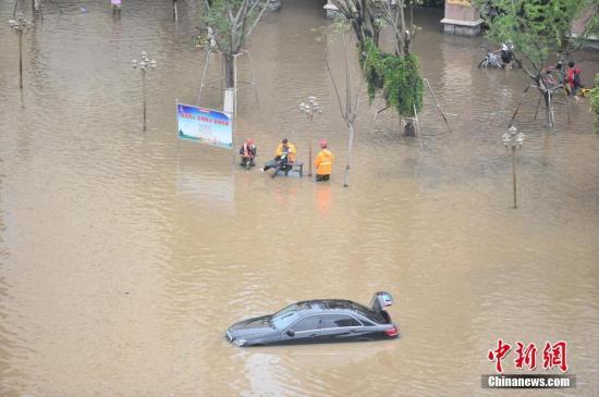 7月20日,昆明市国贸路段发生积水。19日晚,昆明市主城区突降暴雨,导致多处积水,引发城市内涝。中新社记者 刘冉阳 摄