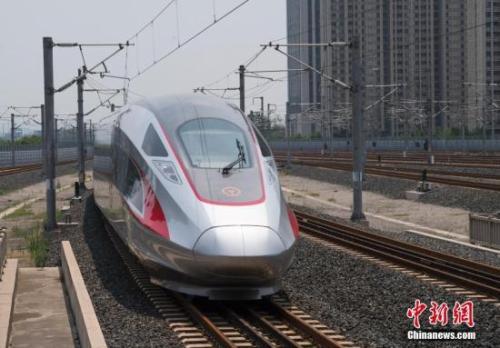 """资料图:北京南站始发的""""再起号""""列车途经济南西站。中新社记者 侯宇 摄"""