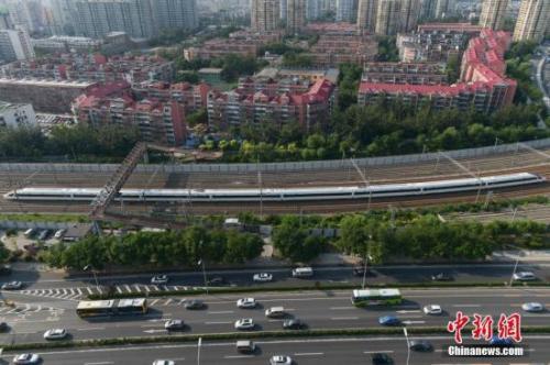 """资料图:""""再起号""""率先在京沪高铁两头的北京南站和上海虹桥站双向首发。中新社记者 崔楠 摄"""