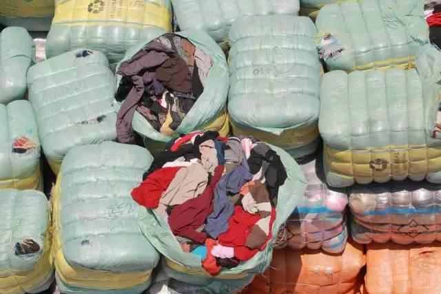 """""""洋垃圾""""服装在我国不是新鲜事,翻新后经常变身为""""外贸尾单""""(图自视觉中国)"""