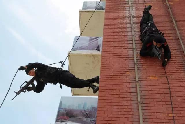 ▲以几乎垂直的方式,脸朝下从高楼上滑行下来。