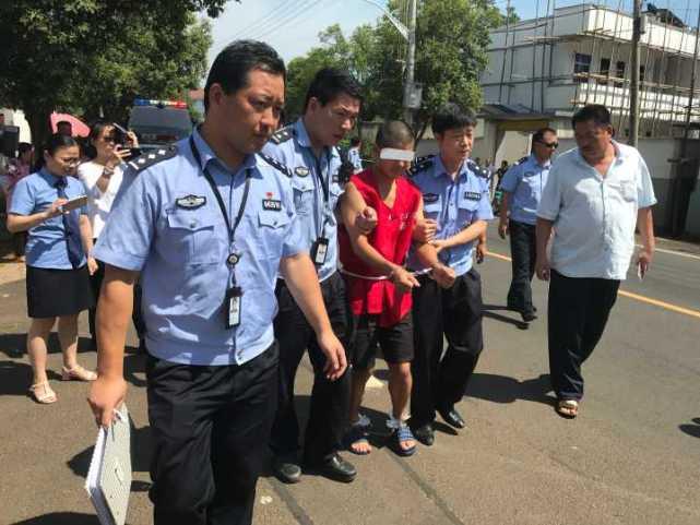 嫌犯在新昌指认现场。