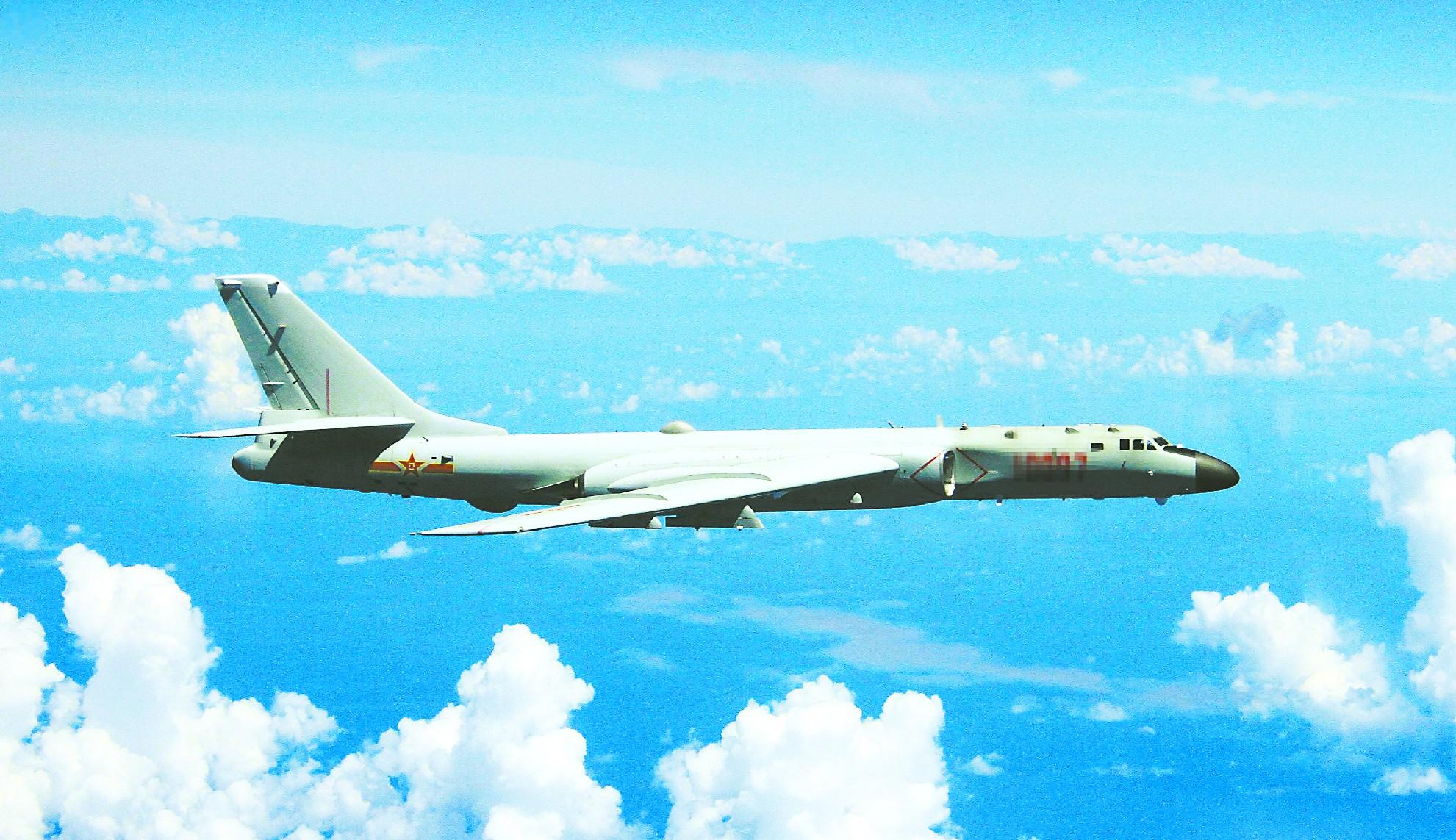 图为中国空军官微20日发布的轰炸机飞行图片。
