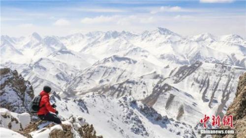 材料图:图为2017年4月10日,甘肃肃南境内祁连山被一场春雪笼罩。郎文瑞 摄