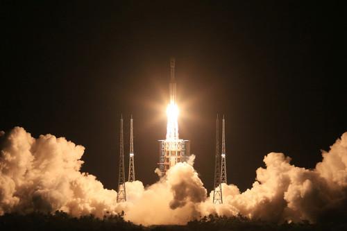 材料图片:2016年6月25日晚,中国新一代运载火箭长征七号在海南文昌航天发射场焚烧升空。新华社记者 李刚 摄