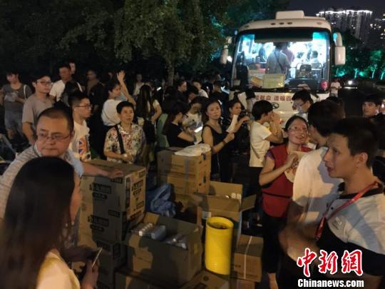 杭州一献血车外的排队市民。 张斌 摄