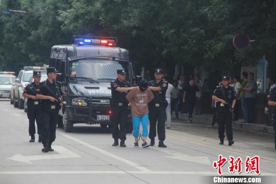 宜川警方将王某押回宜川。 警方供图 摄