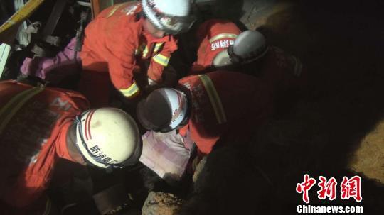 图为消防官兵救出被困女孩 钟欣 摄