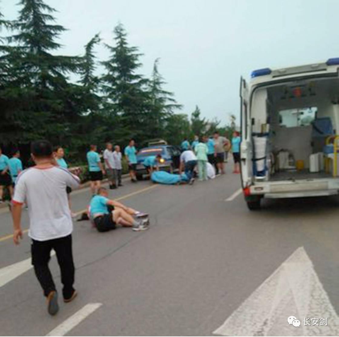(图:山东临沂出租车撞上了暴走团,由此引发言论争议。)