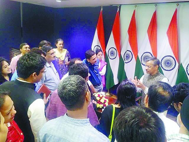 ▲20日印度外交部记者会后,发言人巴格雷被记者围堵。