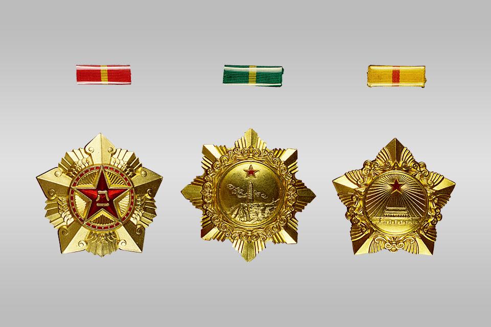 中华人民共和国国防部颁发给朱德的一级八一、独立自由、解放勋章 年代:1955年 尺寸:一级八一勋章:通径6厘米、厚0.5厘米一级独立自由勋章:通径5.8厘米、厚0.5厘米一级解放勋章:通径5.6厘米、厚0.5厘米质地:金