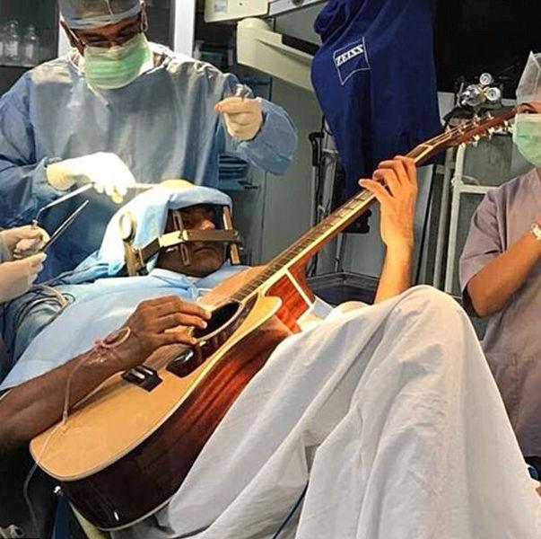 阿三又开挂!印度男子开颅手术中弹吉他 全程意识清