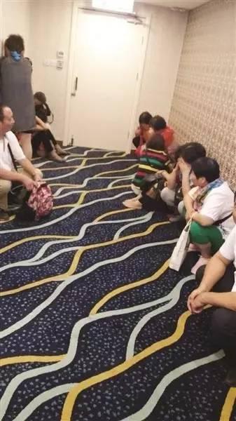 ▲该旅游团一行在香港一家金店,因为没怎么购物,被关进小房间。