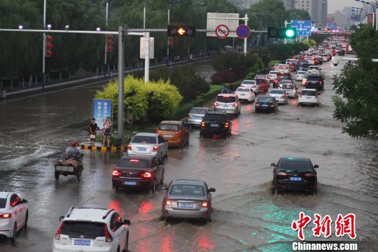 陕西榆林城区突遭暴雨 小轿车被冲入塌陷路面