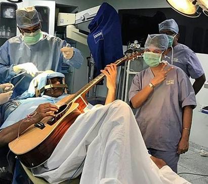 """边弹吉他边手术:印度男子克服""""肌张力障碍"""""""