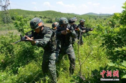 资料图:武警吉林总队吉林片区近百名特战精英正在进行极限训练。朱月光 摄