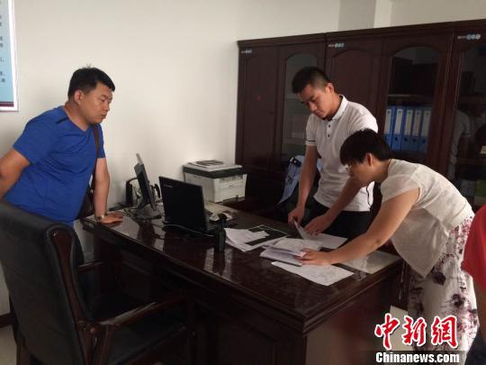 民警在办公室里讲述王国蕾的故事。 宋立超 摄