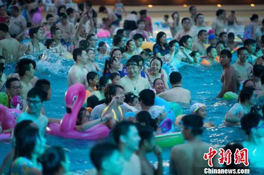 江苏常州高温破历史极值 民众