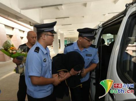 警方押解李某回太原。迎泽公安分局供图