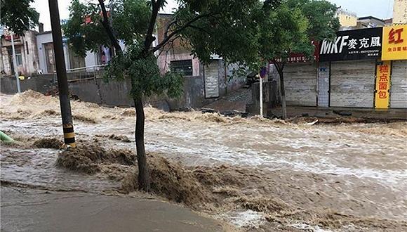 陕西榆林暴雨淹城小时雨强历史少见 多条道路被冲毁