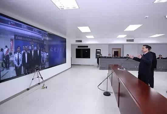 图为2016年4月1日李克强总理在税务总局信息系统监控室通过远程电视电话系统和珠海税务工作人员交谈。(中新社 刘震 摄)