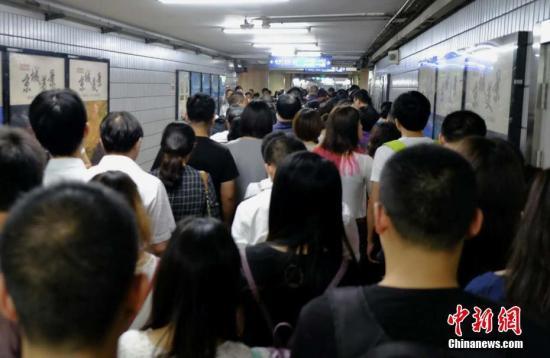 图为北京地铁岑岭时段。中新网记者 李卿 摄