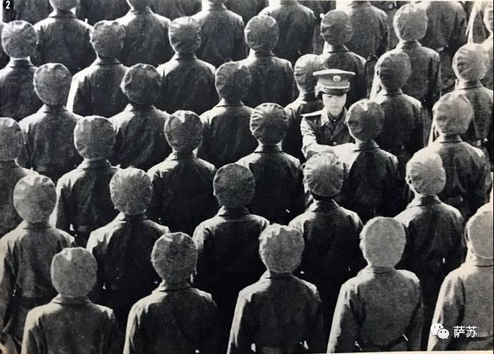 日文注释:(中国军队)从抗日战争的游击战时代开始,便有女性战士和男性同样持枪上战场的历史传统