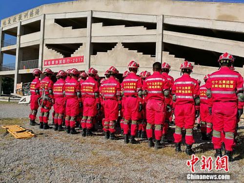 陆军第75集团军某旅开展地震救援演练 中新网记者 张尼 摄