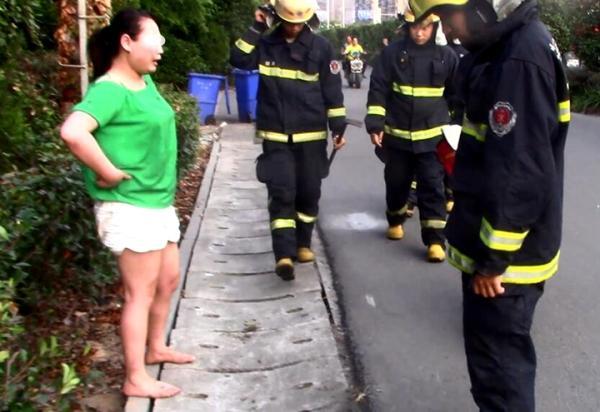 见消防队员赶来,女子改口称没有火灾,是手机掉下水道了。浙江新闻客户端 图
