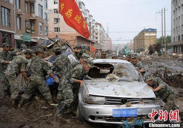 吉林官兵清理洪灾过后的街道。 中新社 资料图