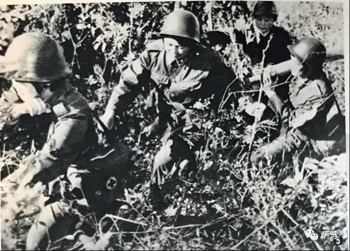 日文注释:在山地进行伤员救护训练