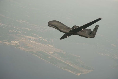 """美军""""寰球鹰""""无人侦查机可在抵近侦查目的上空后经由过程搭载的高机能相机对机场、口岸等目的实行图像数据收罗。图为一架""""寰球鹰""""无人机在飞翔。(新华社)"""