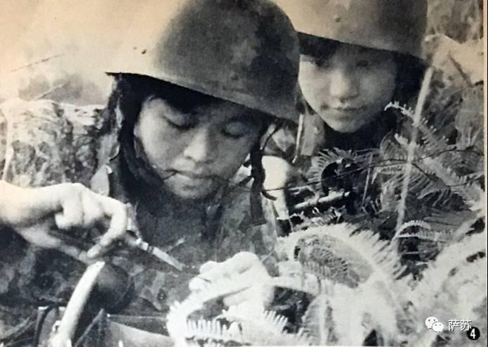 日文注释:在前线,武器发生故障之时,女兵不得不自行进行修理