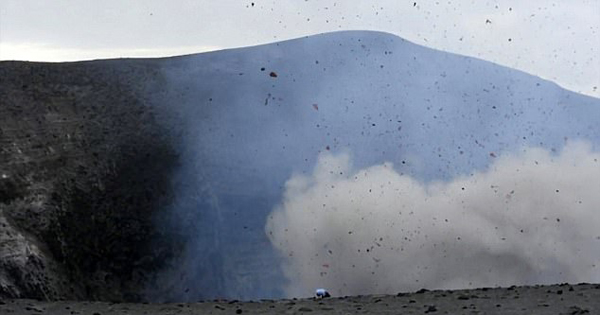 澳冒险者近距离拍火山爆发 与死神擦肩而过