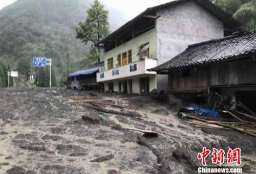 25日发生的泥石流致四川雅安市宝兴县灵关镇大沟村房屋受损(宝兴宣传部 供图)