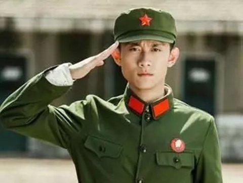 ▲军衔标记全不见,革命红旗挂双方。