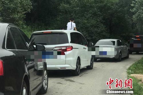 2017年7月22日下午,在北京八达岭野生动物世界东北虎园区内,有儿童反复多次探出车顶窗,几乎露出了半个身体。事件曝光者供图