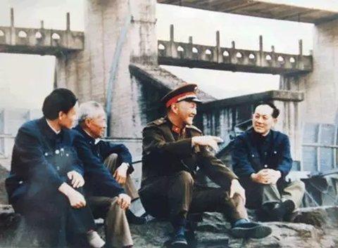 ▲1986年10月30日,天下政协副主席洪学智上将视察梅山水库。