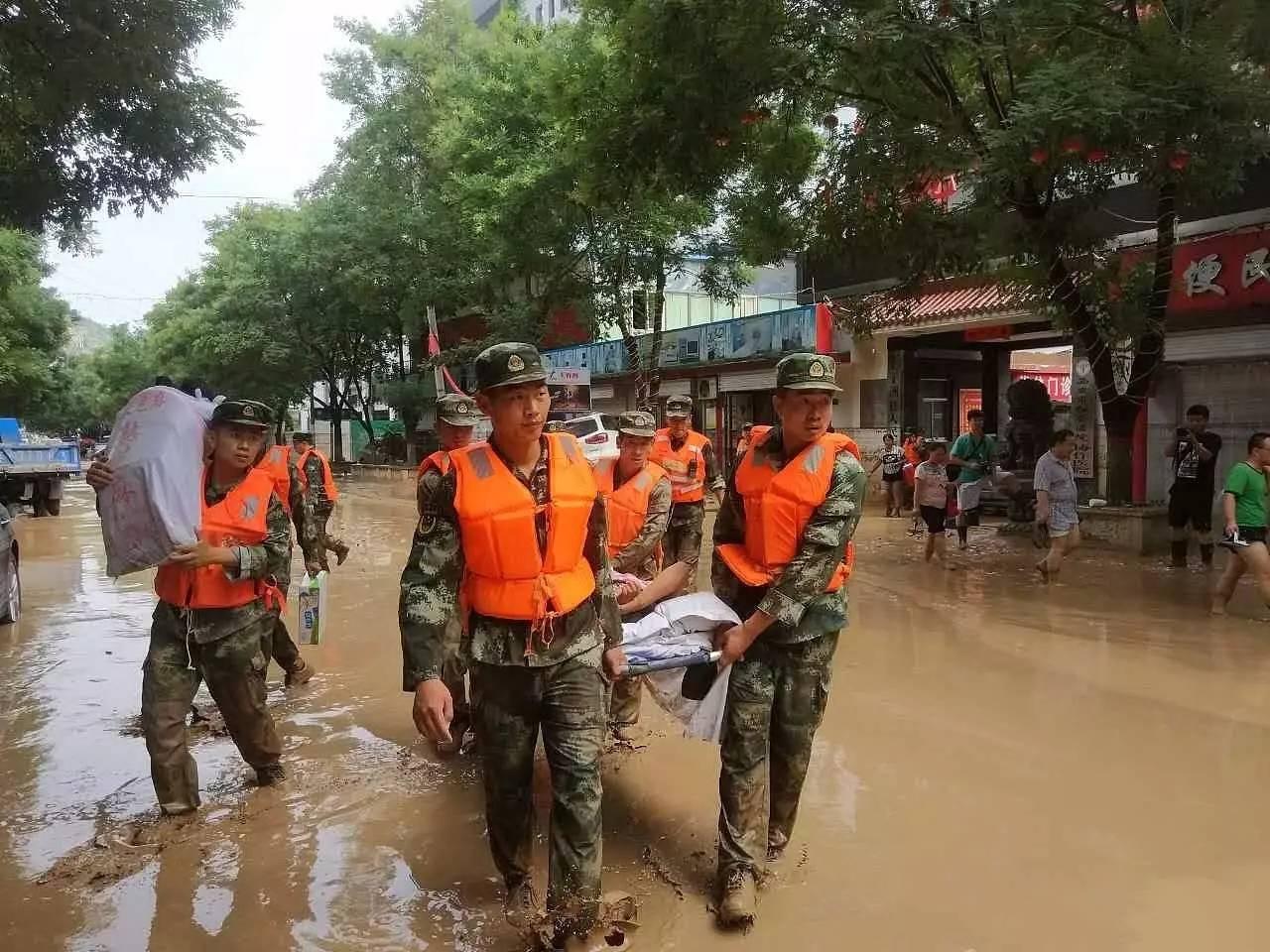 △陕西子洲县特大洪灾,救援职员举行抢险事情。图/视觉中国
