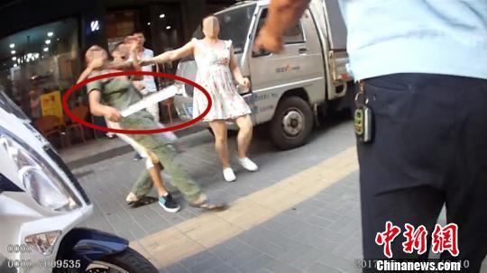 男子违法停车遇执法欲刀砍交警 西交宣 摄
